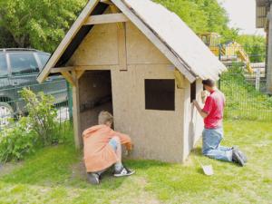 """Hüttenbau im Garten des """"Abenteuerlandes"""""""