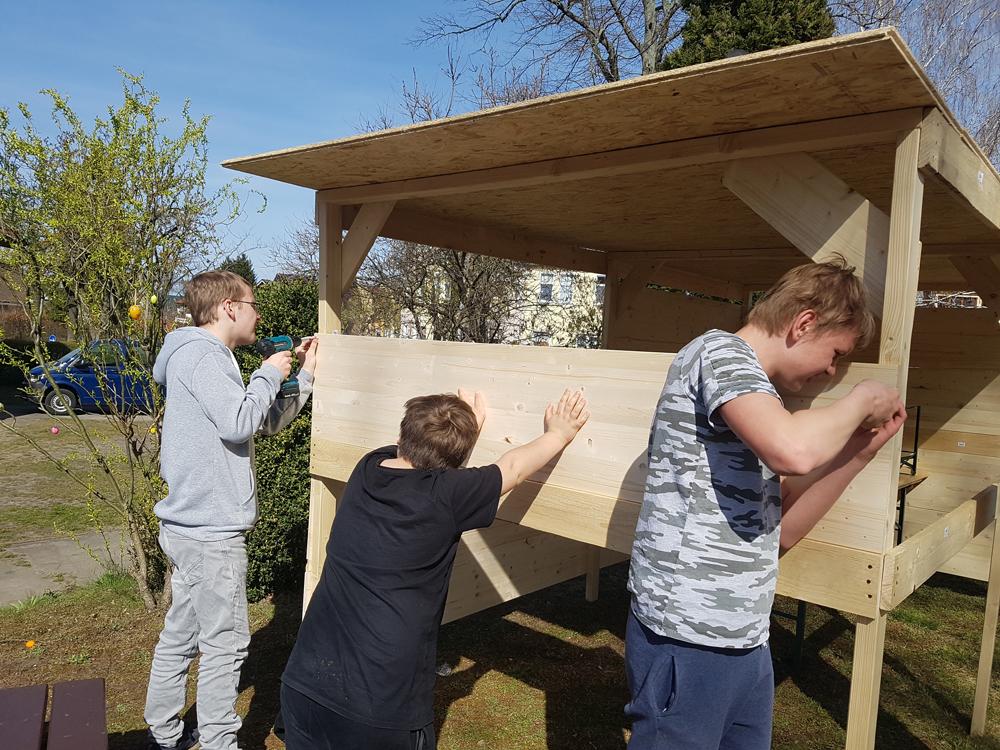 Hüttenbau von Kindern