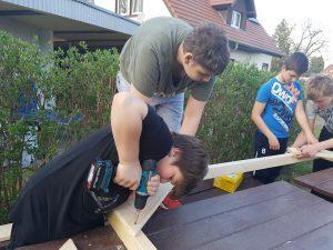 Jungen arbeiten mit Holz