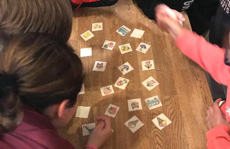 Kinder beim Memory spielen